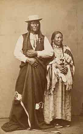 Jefe manchado Elk (Pie Grande) y su esposa Halcón