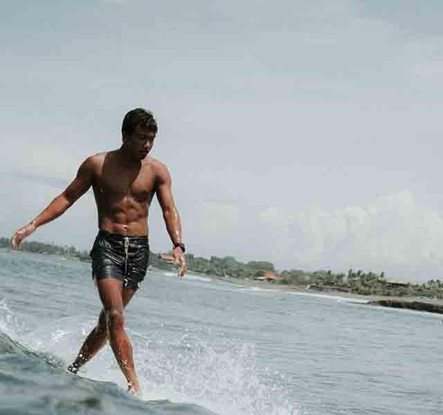 Oka surfeando en Bali