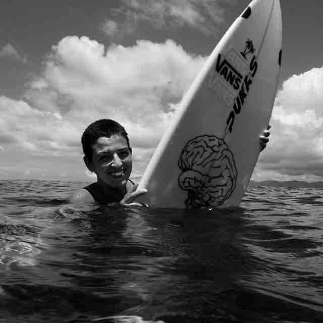 Ainara Aymat tiene un estilo de surf punkarra