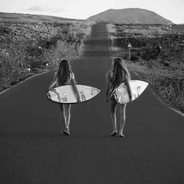 Niñas que compiten en surf