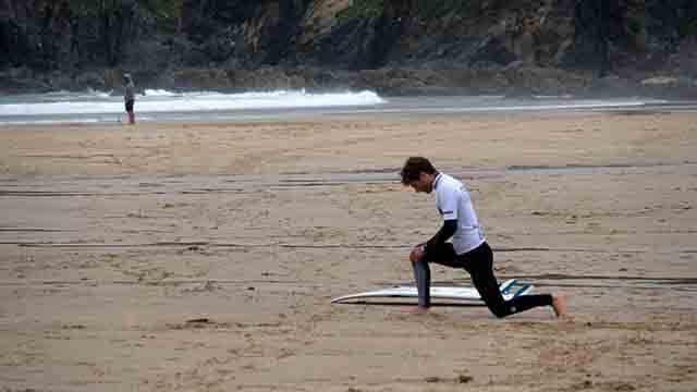 Vicente Romero entrenando para surfear