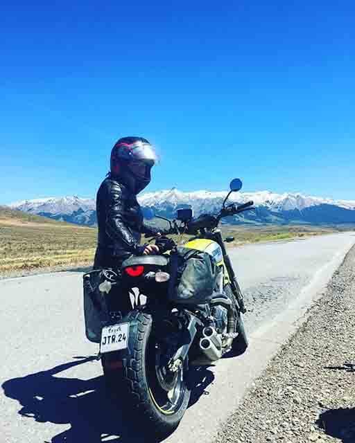 Alicia Sornosa monta una Ducati Scrambler