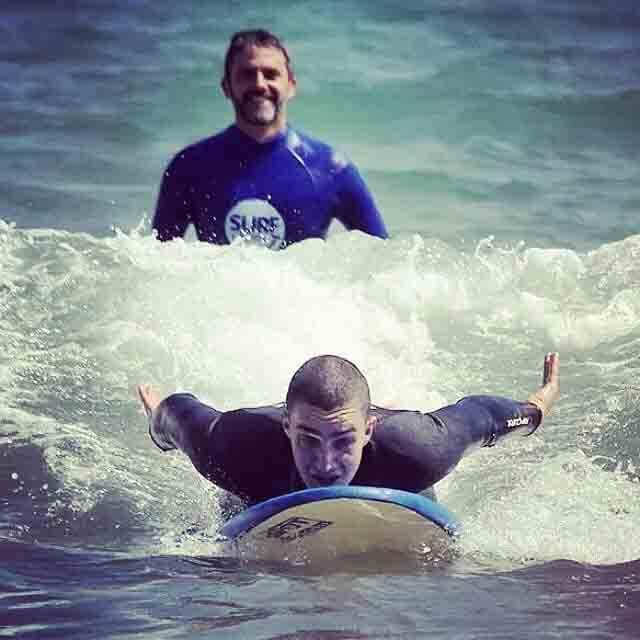 Discapacitados surfean gracias a surf solidario