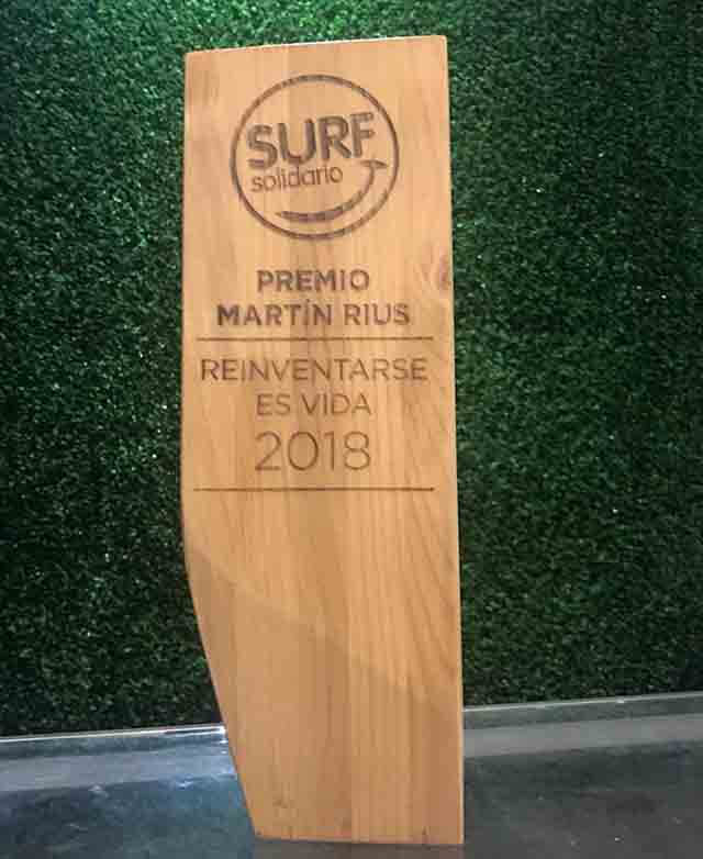 Surf solidario ong monolito de madera