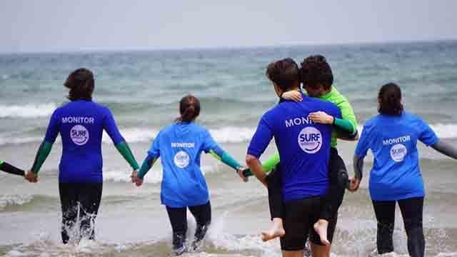 Voluntarios con participantes de Surf Solidario