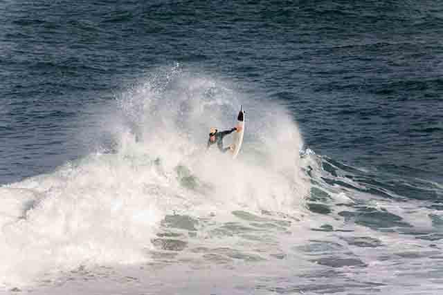 Andy surfeando
