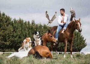 Santi Serra entrena y doma caballos